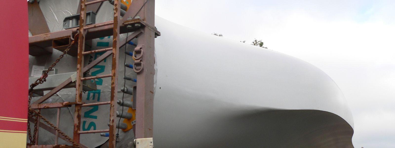 Archivaufnahmen eines Schwertransports mit Rotorblättern.