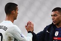 Cristiano Ronaldo und Kylian Mbappé klatschen sich nach Spielende ab.