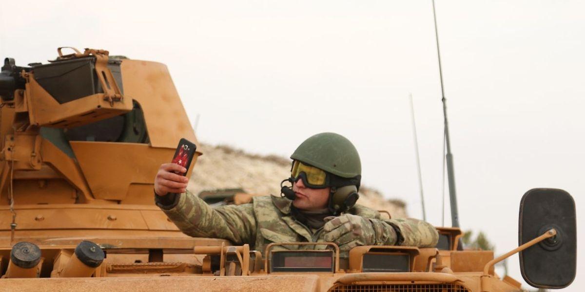 Ein türkischer Panzerfahrer beim Selfie-Schießen.