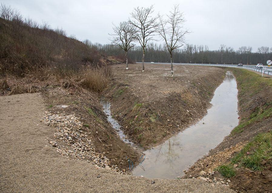 Die Kanäle leiten das Oberflächenwasser Richtung Foetz.