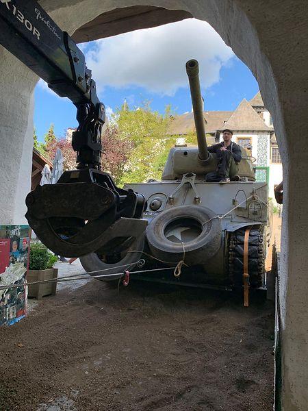 Lundi, le char d'assaut a d'abord dû négocier un passage millimétré sous le porche d'entrée dans la cour du château.