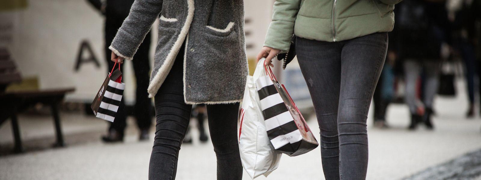 Die Papiertüte wird ihr Pendant aus Plastik zusehends ersetzen. Einwegbeutel aus Kunststoff dürfen zwar weiterhin vergeben werden, allerdings nur gegen eine Gebühr. Schon jetzt verlangen einige Geschäfte ein paar Cent dafür – nach dem 31. Dezember ist dies Pflicht.