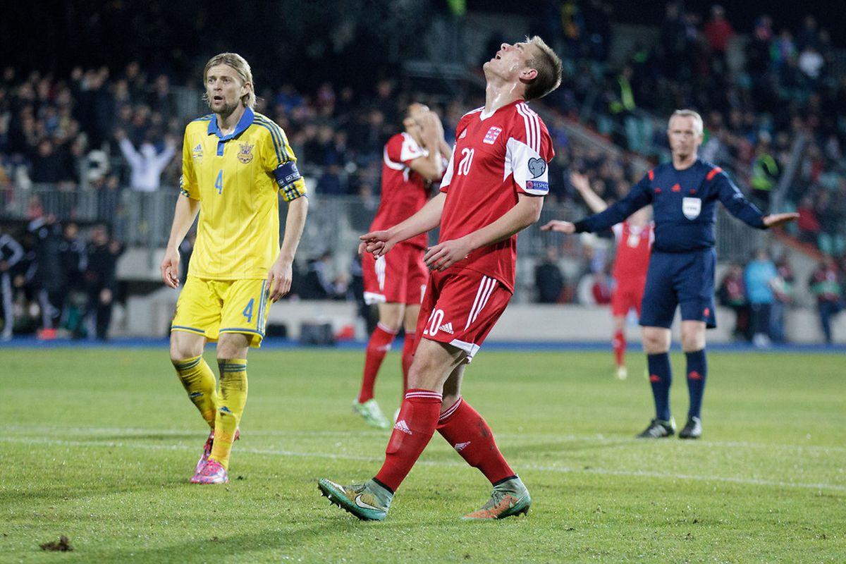 David Turpel marque son désappointement sous les yeux du capitaine ukrainien, Anatoliy Timoshchuk