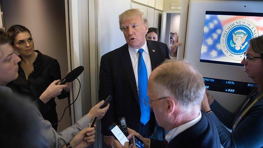 Trump briefte Journalisten vor dem Abflug in der Air Force One.
