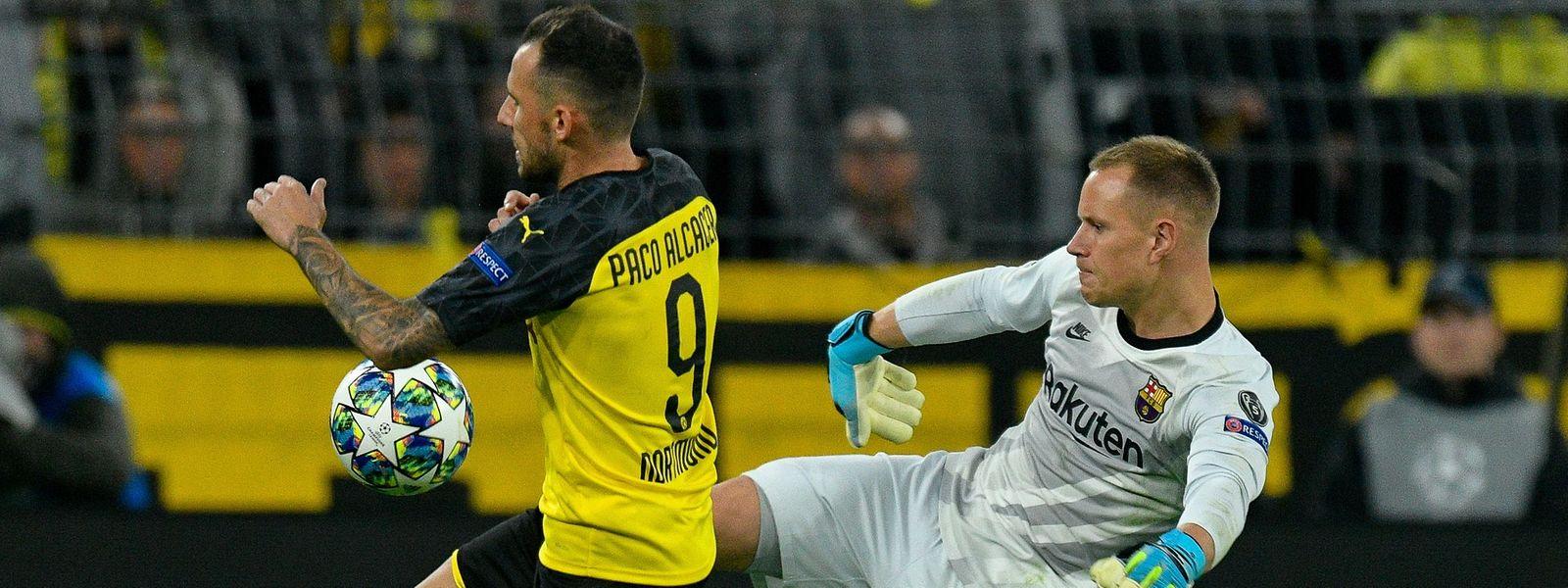 Dortmunds Stürmer Paco Alcacer (l.) ackert, Barcelonas Torwart Marc-André Ter Stegen glänzt.