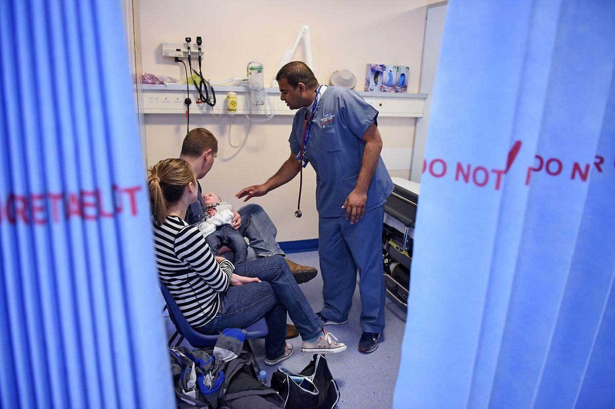 Ein Arzt versorgt den jungen Patienten in der speziellen Kinder-Unfall-Notaufnahme-Abteilung.