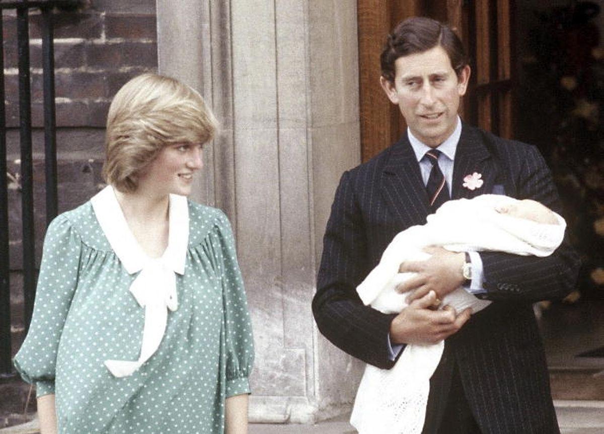 Diana und Charles, ganz die stolzen Eltern, mit ihrem Baby William vor dem St. Mary's-Hospital.