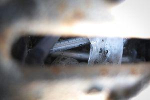 Notdürftig entsorgte Drogenutensilien: Benutzte Einwegspritzen in einer Regenrinne in einem Hinterhof in der hauptstädtischen Rue de Strasbourg.