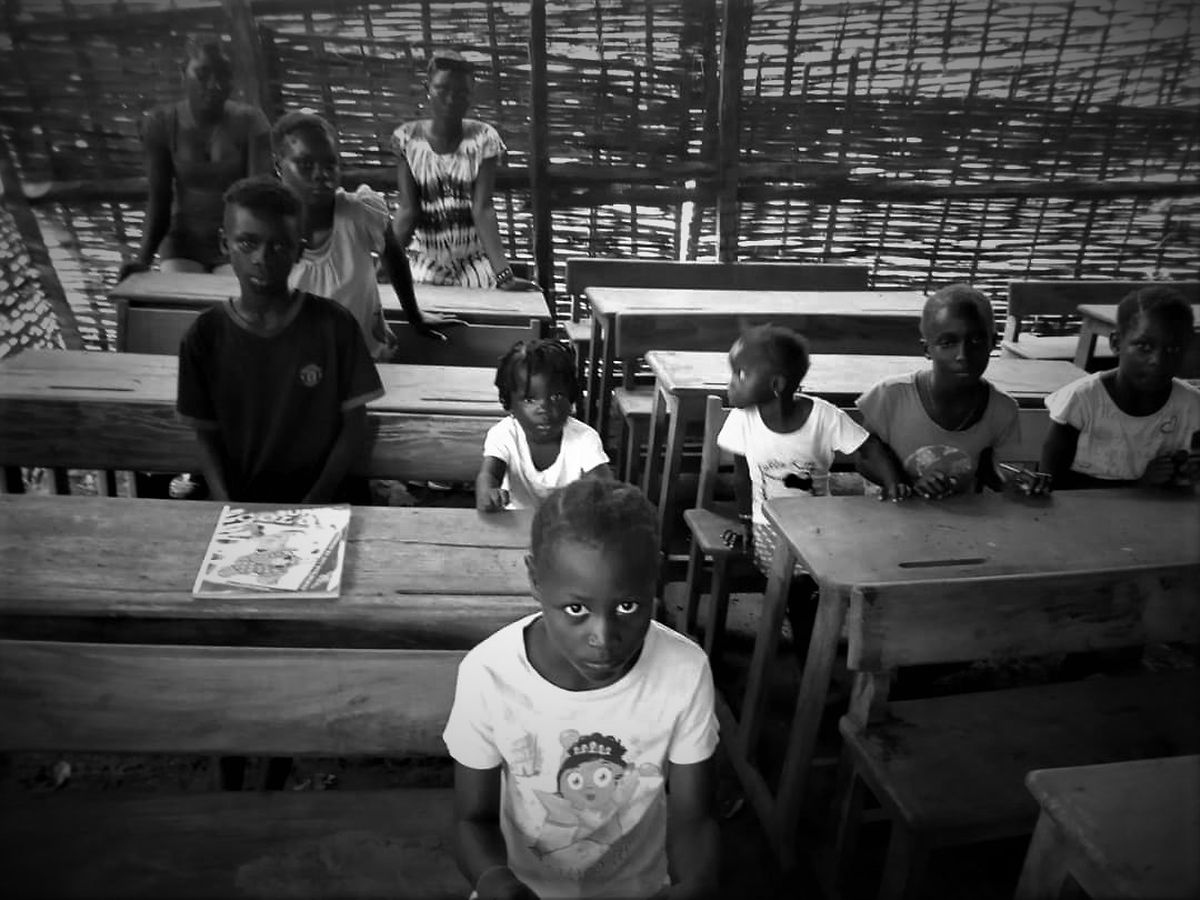 A escola de Ponta Zé, na Guiné, tem atualmente paredes abertas e nenhum telhado.