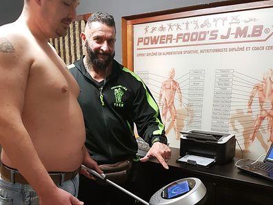"""A máquina """"In Body"""" faz o check-up de saúde da pessoa, mede a gordura, as dimensões musculares e o peso."""