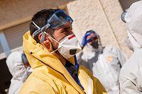 In Spanien kommen Soldaten der Nothilfeeinheit UME bei Desinfektionsarbeiten in Pflegeheimen zum Einsatz.
