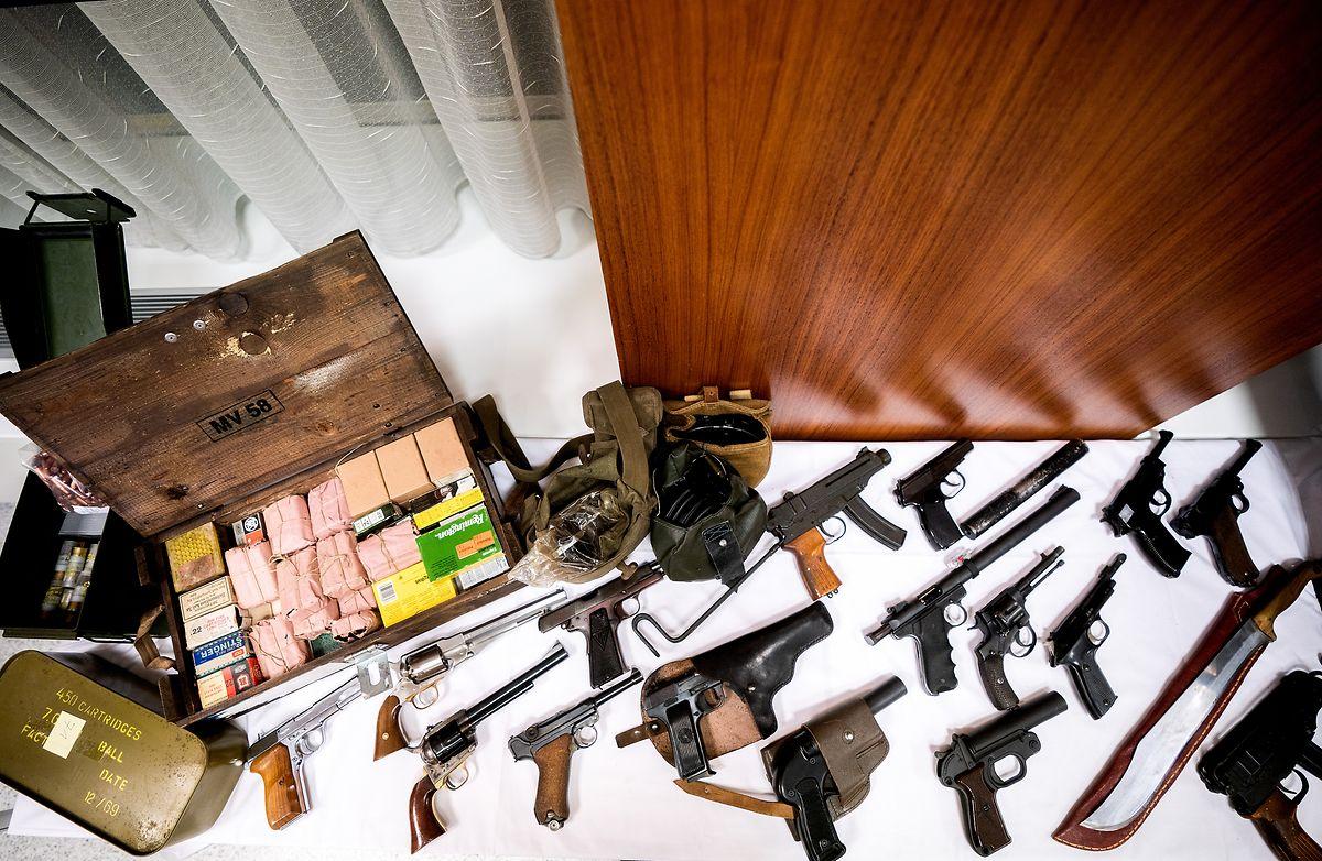 Einige beschlagnahmte Waffen wurden im Rahmen einer Pressekonferenz der Landespolizeidirektion Wien gezeigt.