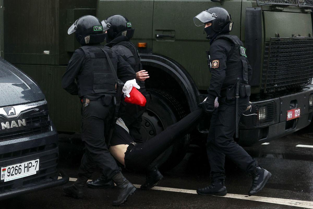 Maskierte Sicherheitskräfte gehen gewaltsam gegen Demonstranten vor.