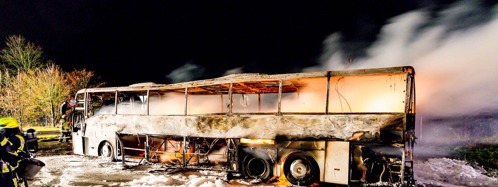 Der ausgebrannte Reisebus steht auf der Autobahn A3. Der mit 48 Gästen besetzte Reisebus ist bei Idstein in der Nacht zum Montag komplett ausgebrannt.