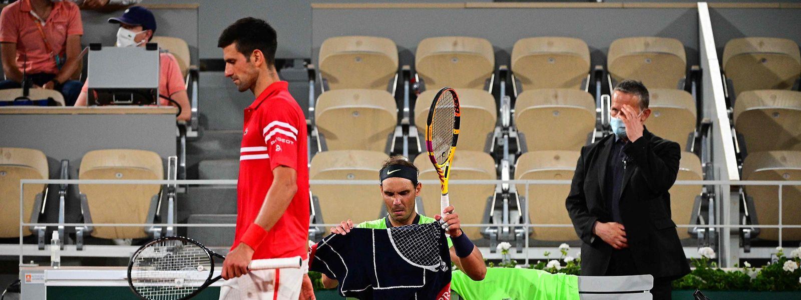 Novak Djokovic (l.) besiegt Rafael Nadal in dessen Wohnzimmer.