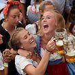 22.09.2018, Bayern, München: Weibliche Gäste feiern im Hobräuzeit auf dem Oktoberfest den Beginn der Wiesn mit Bier. Das größte Volksfest der Welt dauert vom 22.09. bis zum 07.10.2018. Foto: Felix Hörhager/dpa +++ dpa-Bildfunk +++