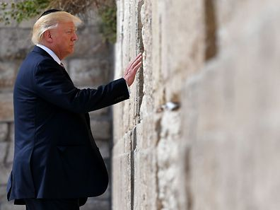 US President Donald Trump visits the Western Wall, the holiest site where Jews can pray, in Jerusalem�s Old City on May 22, 2017.  / AFP PHOTO / MANDEL NGAN