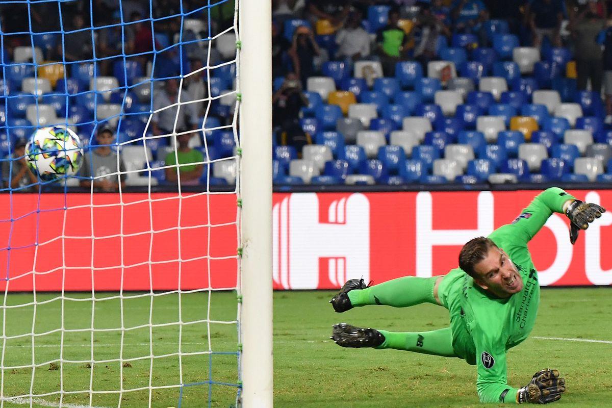Adrian ne peut rien faire sur le penalty de Fernando Llorente et les Reds s'inclinent 0-2 face au Napoli.