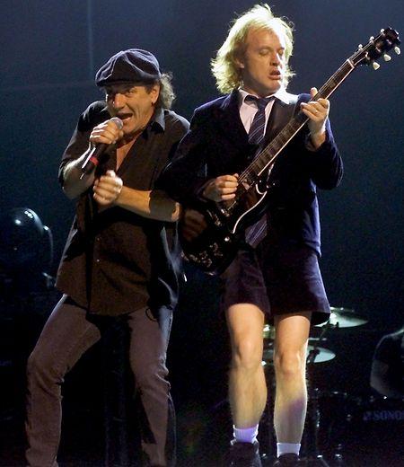 Brian Johnson (l.) und Angus Young könnten bald wieder gemeinsam auf der Bühne stehen.