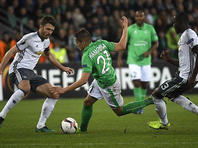 Romain Hamouma en déséquilibre entre Michael Carrick (à gauche) et Eric Bailly. Saint-Etienne n'a pas fait le poids contre United.