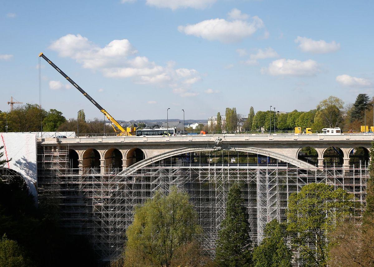 Am Pont Adolphe wird derzeit das Baugerüst abmontiert.