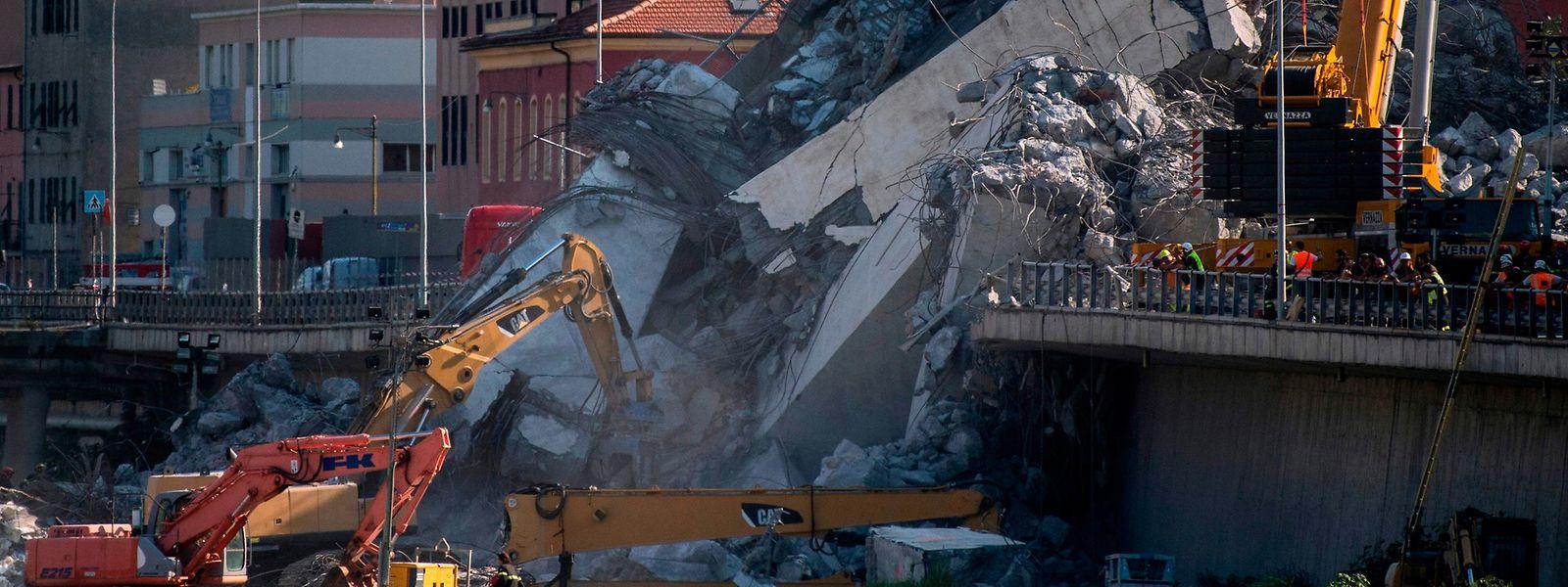 Rettungskräften gelang es am Samstag, eine weitere Leiche aus den Trümmern zu bergen.