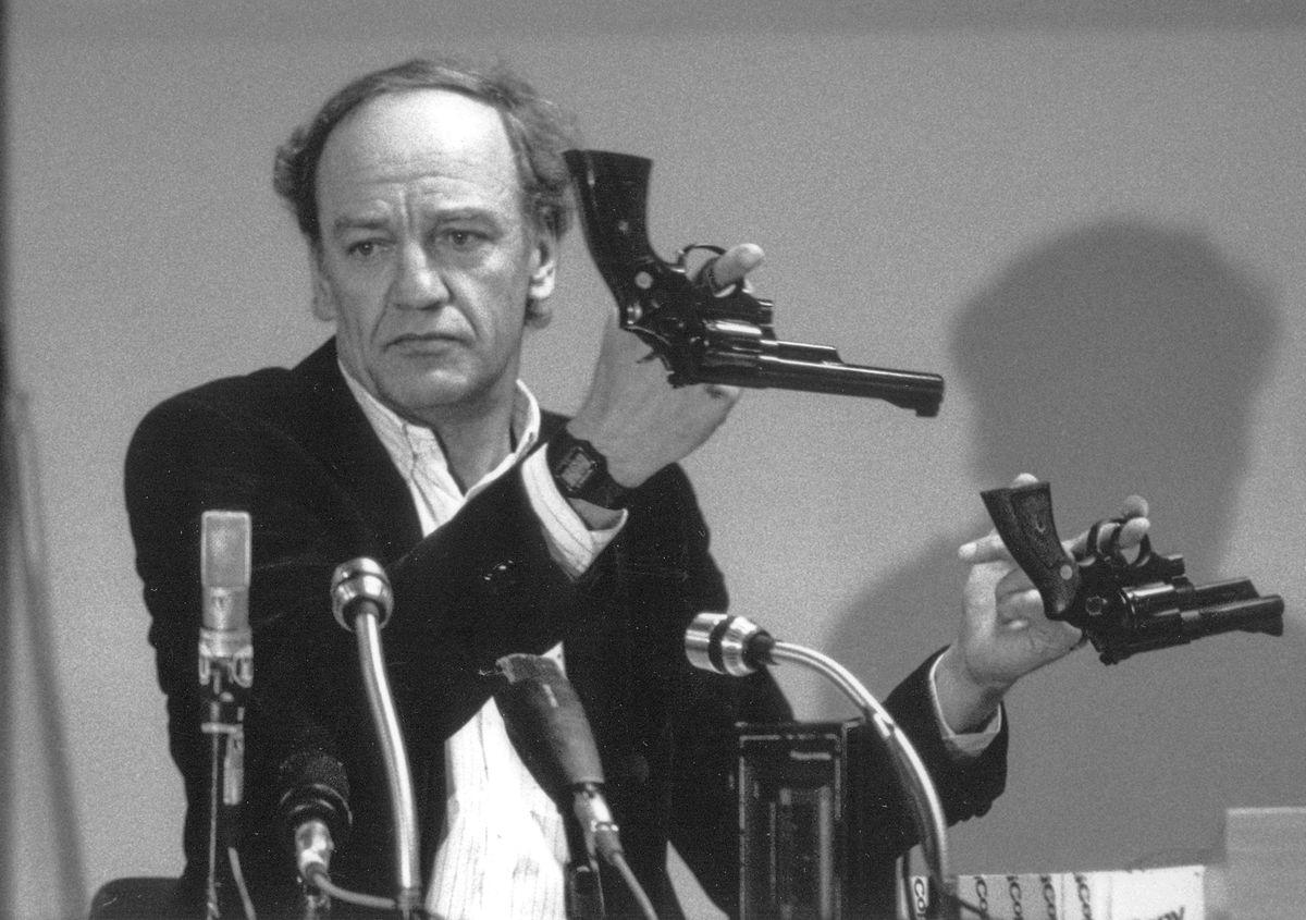 Hans Holmer, der ehemalige Leiter der Ermittlungen zum Attentat auf Olof Palme, zeigt zwei Smith & Wesson 357 Magnum-Revolvern während einer Pressekonferenz im März 1986.