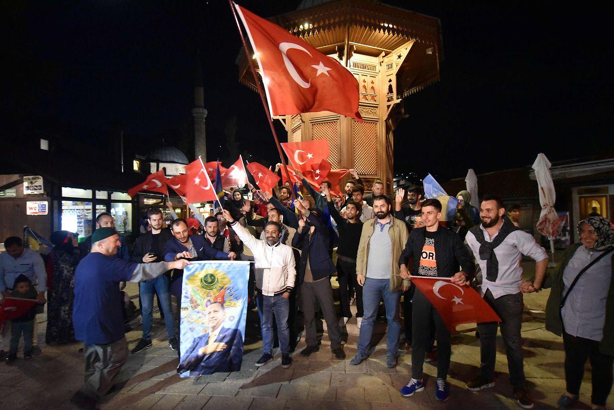 Auch außerhalb der Türkei wurde der Sieg Erdogans von seinen Anhängern begeistert aufgenommen. Das Foto entstand am Sonntagabend in Sarajewo.