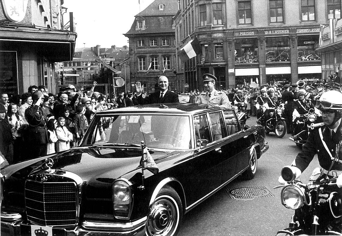 Aus dem offenen Mercedes 600 heraus winkte Pompidou den Menschenmassen in der Innenstadt zu.