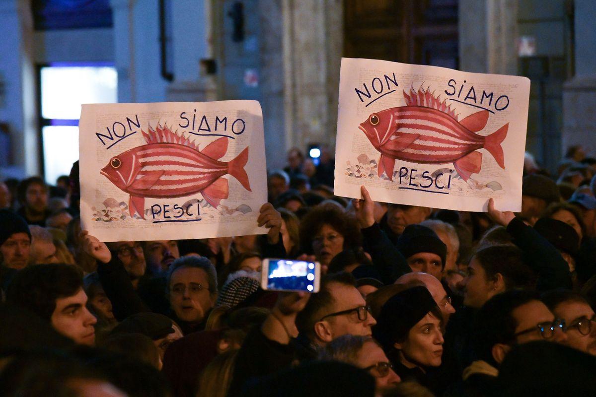 """""""Não somos peixes"""", lê-se nos cartazes de uma manifestação em defesa dos 47 migrantes, em Itália"""
