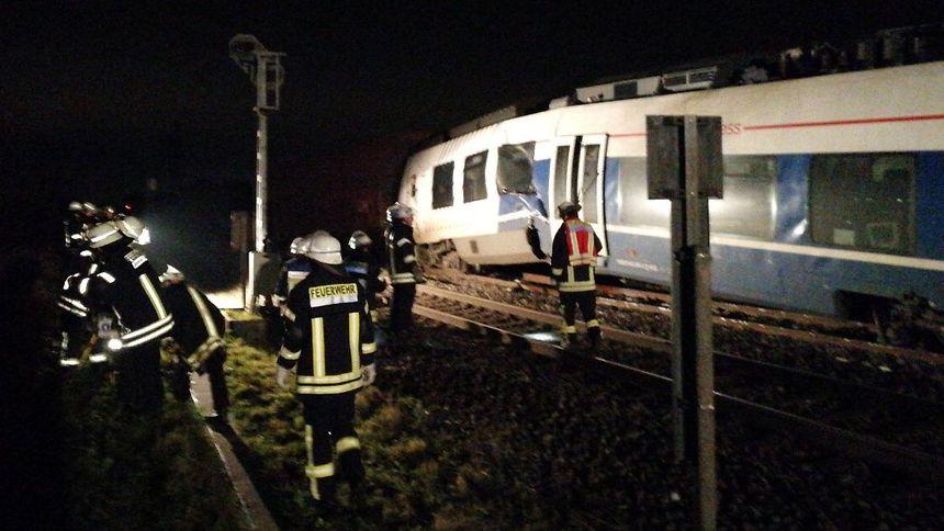 Zugunglück in Meerbusch: Polizei spricht von mehreren Verletzten: Erste Bilder zeigen Unglückszug