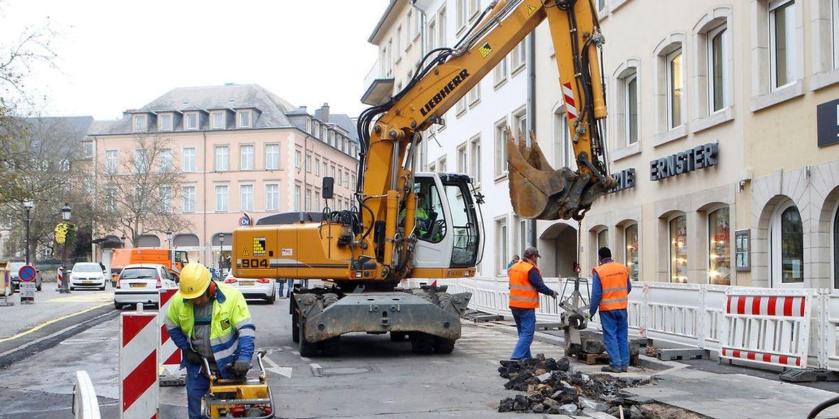 """Neben dem ehemaligen """"Lassner""""-Gebäude trägt ein Baggerführer seit gestern den Straßenbelag ab, um den Archäologen das Terrain vorzubereiten."""