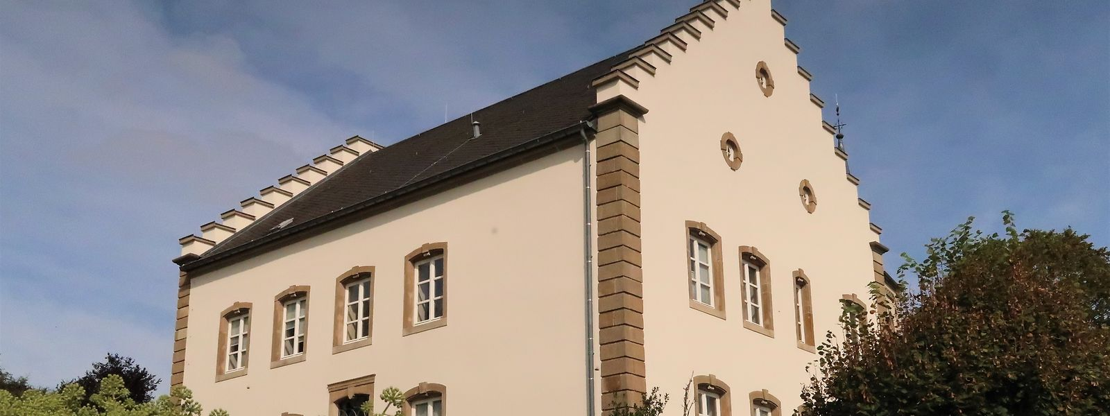 Das Aussehen des ehemaligen Pfarrhauses wird sich durch den Ausbau kaum ändern. Im Dach werden lediglich unauffällige Liegefenster eingebaut.