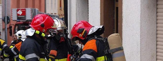 Die Feuerwehr betrat die brennende Wohnung unter schwerem Atemschutz.