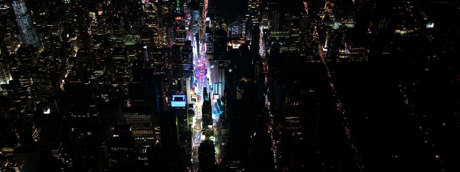 Aus der Vogelperspektive erkennt man ein fast völlig im Dunkeln liegendes Manhattan.