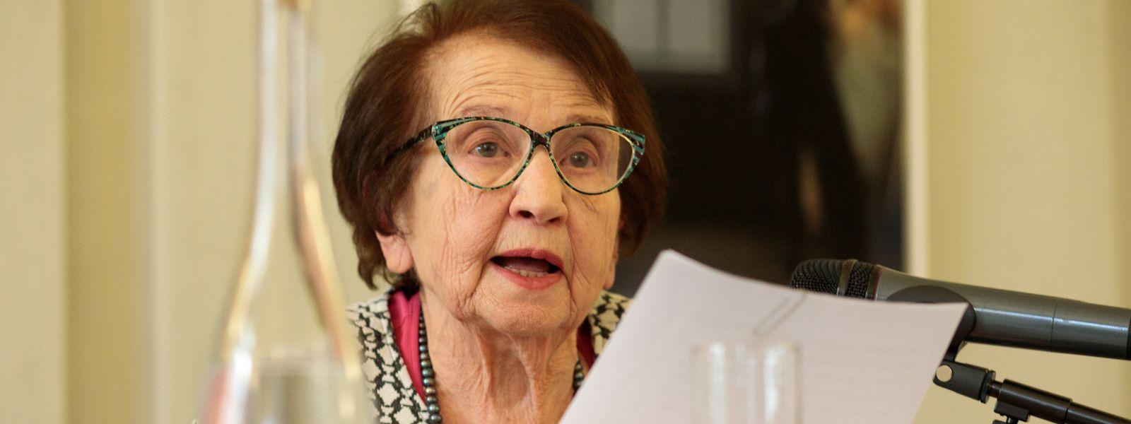 Dina Schweizer erzählt von ihrer Kindheit während des Zweiten Weltkriegs.
