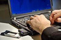 """Zum Themendienst-Bericht """"Computer/Telekommunikation/Internet/KORR/"""" von Dirk Averesch vom 4. Dezember: Mobiler Internetzugang - mit UMTS-Karten können Notebook-Anwender auch unterwegs schnell im Web surfen. (Die Veröffentlichung ist für dpa/gms-Themendienst-Bezieher honorarfrei. Quellenhinweis: """"Jens Schierenbeck/dpa/gms"""") +++ +++"""