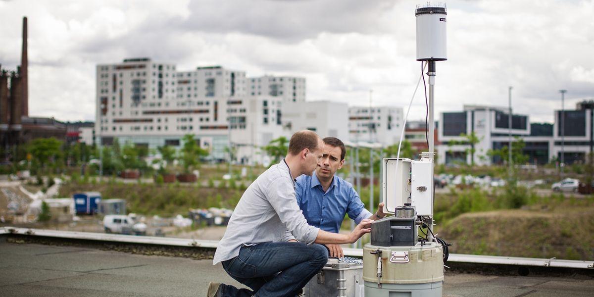 Laurent Pfister (r.) und sein Kollege Christophe Hissler schauen sich die Werte des gesammelten Wassers an.