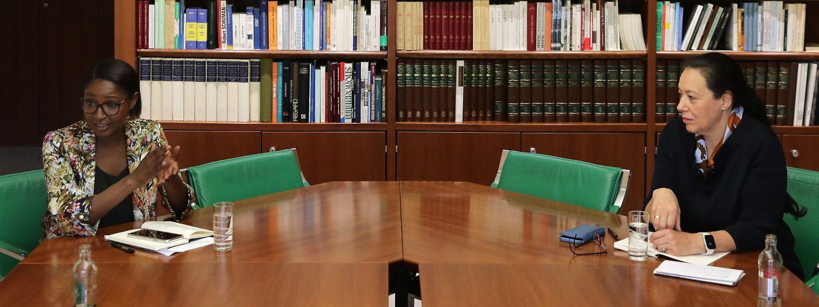 """Mit dem in Corona-Zeiten gebotenen Sicherheitsabstand diskutieren Monica Semedo (links) und Isabel Wiseler in den Räumlichkeiten des """"Luxemburger Wort""""."""