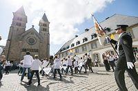 Vereint vor der Basilika: In der getanzten Tradition treffen religiöse und heimatliche Identität zusammen.