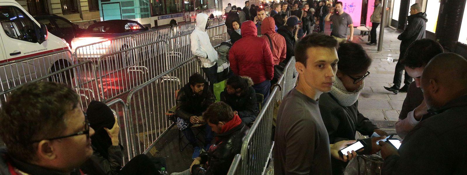 Vor einem Apple Store in Paris bildeten sich am Freitagmorgen lange Schlangen wartender Kunden.
