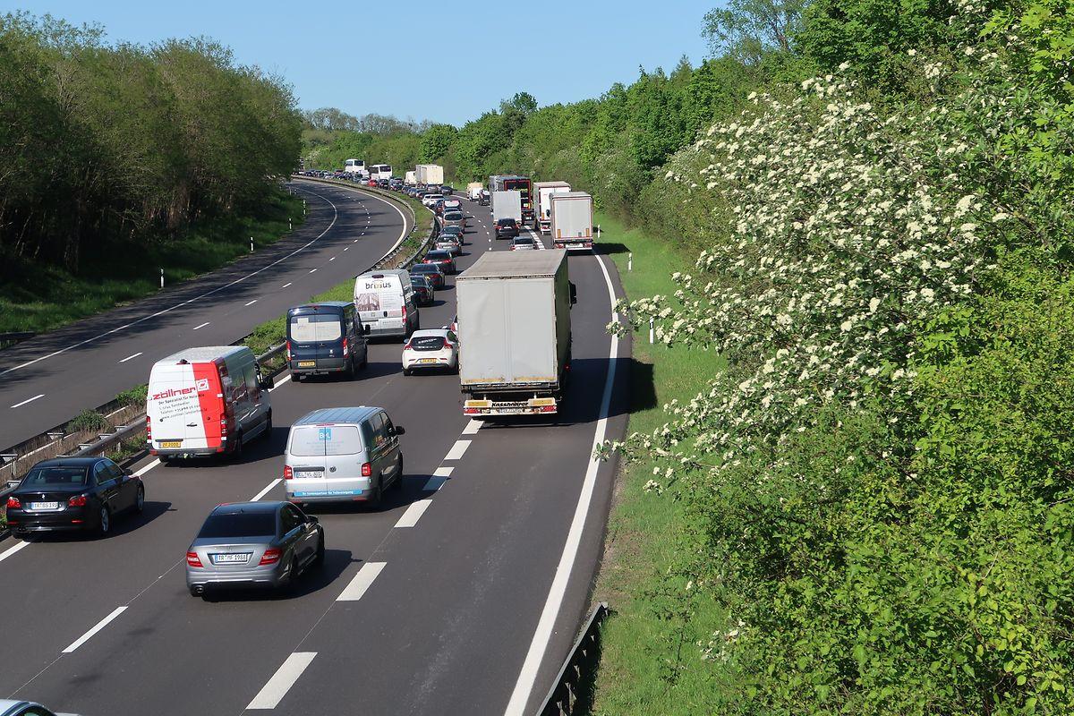 Während auf der Brücke gewerkelt wird, staut sich der Verkehr im Berufsverkehr auf der A1 bei Wasserbillig.