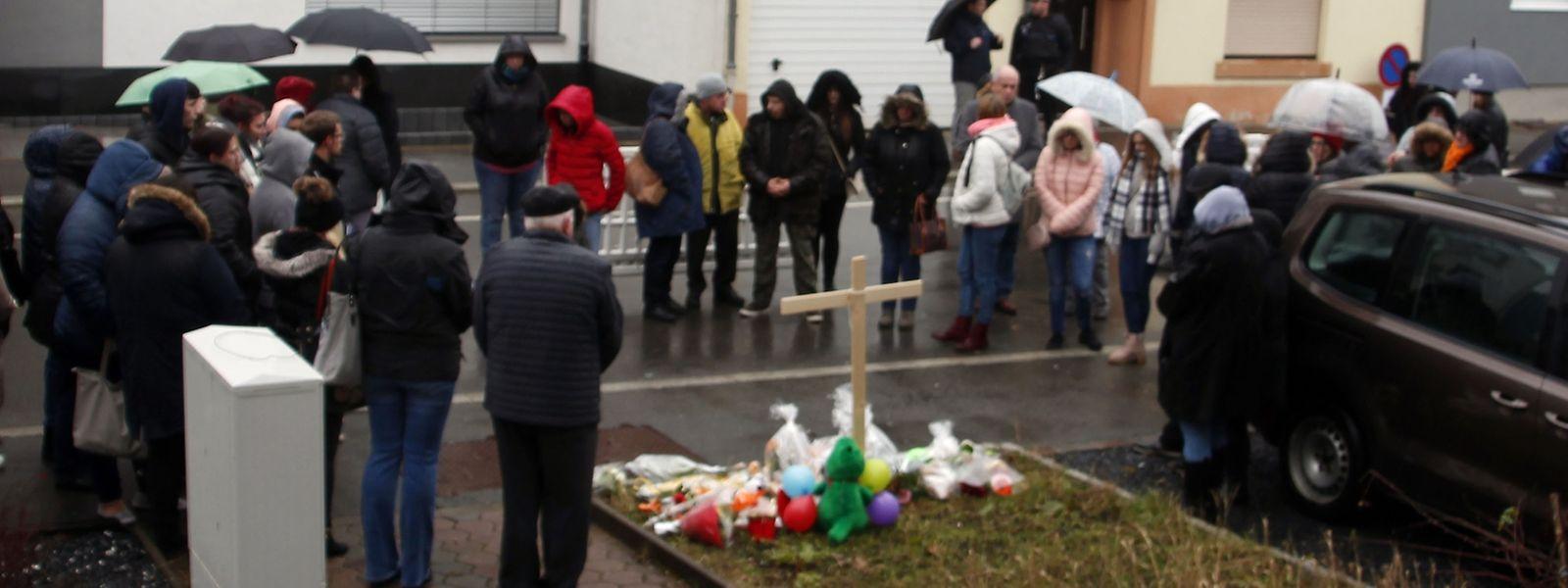 Passaram pelo local da homenagem perto de uma centena de pessoas.