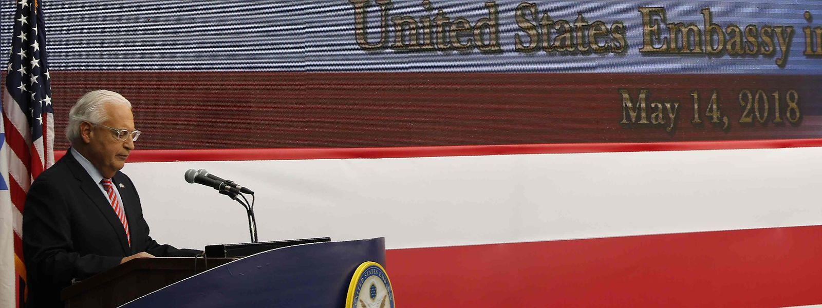 US-Botschafter David Friedman vor der Video-Leinwand, auf der das Video von Donald Trump eingespielt wurde.