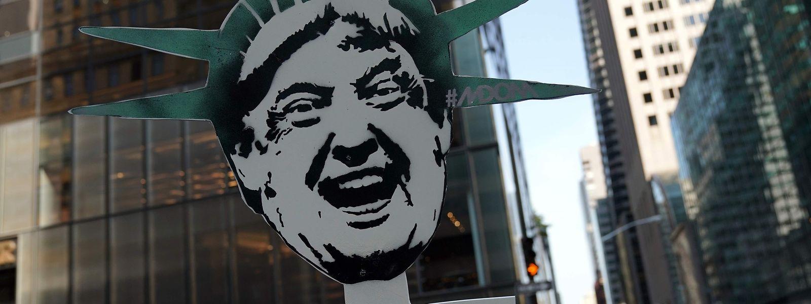 """Ein Demonstrant vor dem """"Trump tower"""" in New York."""