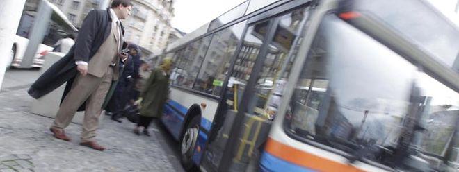 Die Fahrgäste müssen sich erst an den neuen Linienplan gewöhnen. Städtische Mitarbeiter informieren die Fahrgäste über die Änderungen.