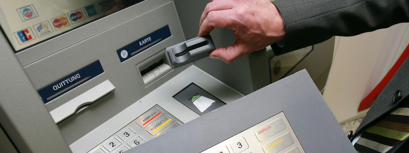 Betrug durch Skimming: Häufig montieren Kriminelle an den Kartenschlitz Vorsatzgeräte, sowie eine Zusatztastatur oder eine Mini-Kamera. So können sie etwa die PIN von ahnungslosen Kartenbesitzern ausspähen und später Geld von deren Konto abheben.