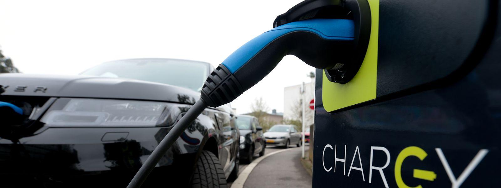 Was die Emissionen angeht, so kommt es beim E-Auto auf mehrere Faktoren an: Für einen fairen Vergleich mit Verbrennern muss der gesamte Lebenszyklus der Fahrzeuge Beachtung finden.