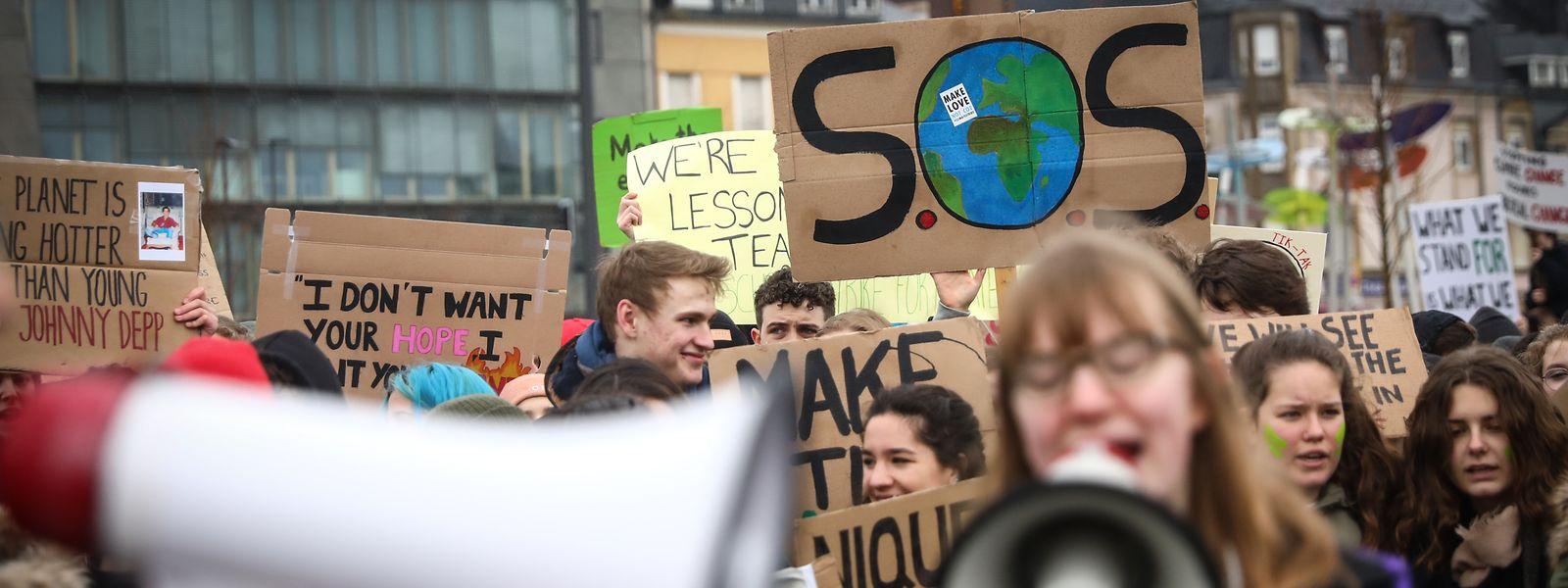 O protesto arrancou às 12:30 desta sexta-feira, no Glacis, e cluminou cerca de uma hora depois na praça Guillaume II.