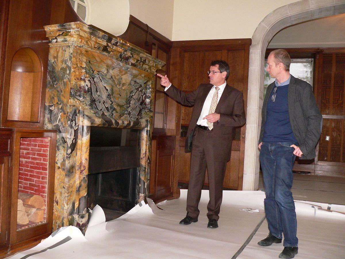 Rot-Kreuz-Generaldirektor Michel Simonis und der Leiter des Colpacher Genesungszentrums, Jean-Philippe Schmit, am Kamin in der einstigen Schlossibliothek der Mayrischs.